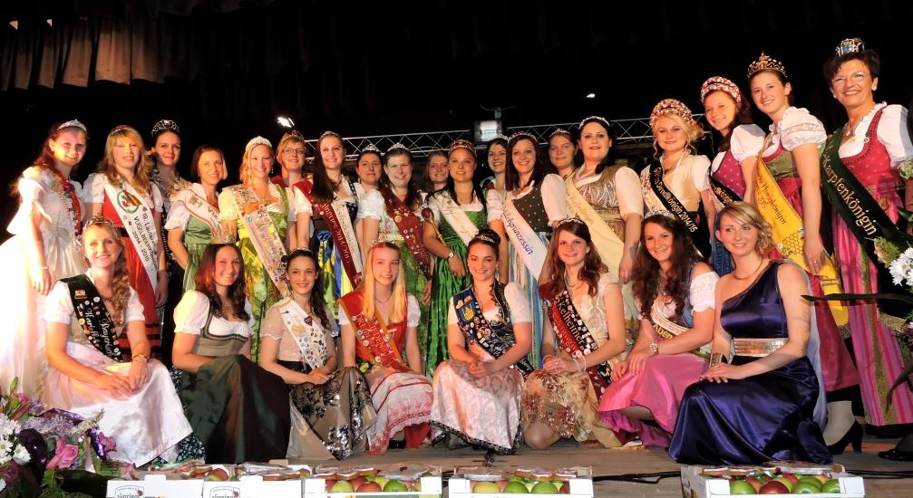 Gruppenbild der Königinnen beim Festempfang und der Begrüssung am Abend