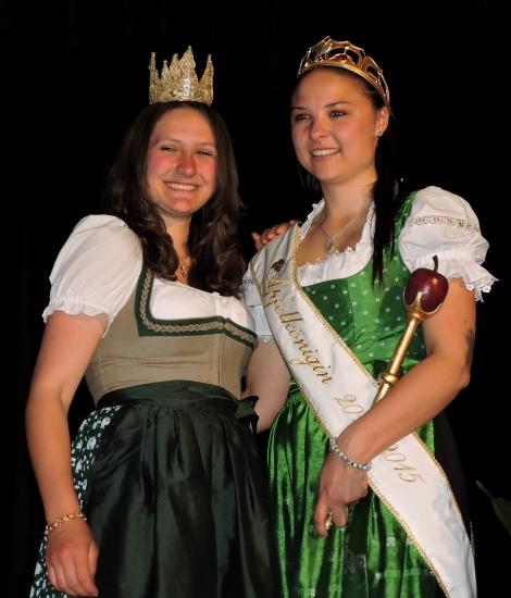 Gastgeberin Apfelkönigin Stefanie mit Heukönigin Lorena Grabner