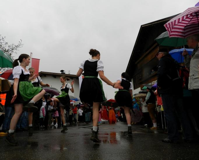 Schuhplattlerinnen im Regen haben tapfer durchgehalten