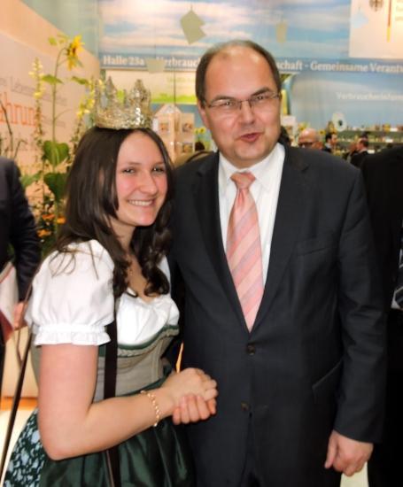 BM Christian Schmidt mit Heukönigin Lorena