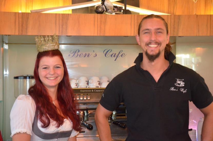 Der Chef von Bens Cafe Benjamin Perner mit der Königin der Bio-Heu-Region