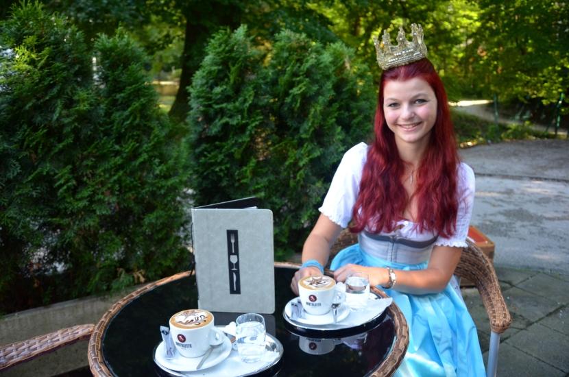 Die Königin der Bio-Heu-Region im Garten neben von Bens Cafe