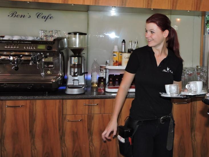 Die Königin der Bio-Heu-Region vertritt nicht nur die besten Produkte sondern serviert den Gästen auch besten Cafe in der Stadt Salzburg.