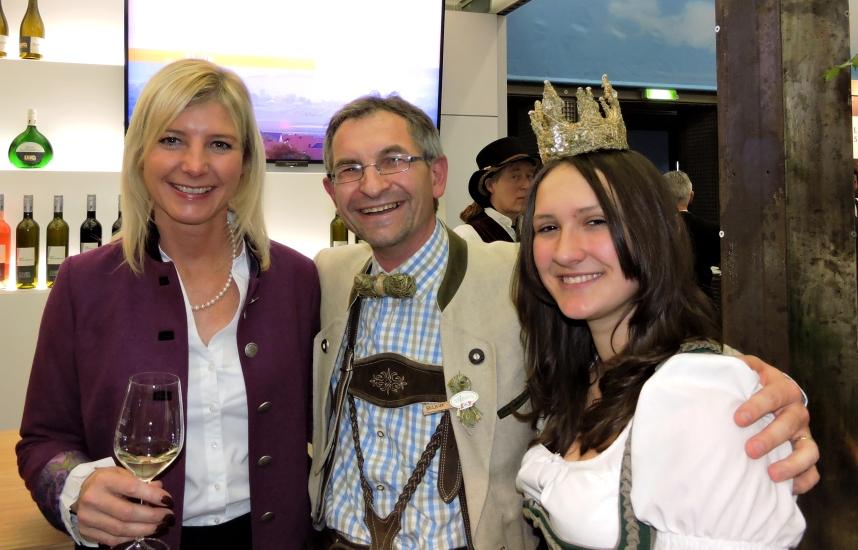 Bayerns Umweltministerin Ulrike Scharf mit Salzburgs Königin aus der Bio-Heu-Region Lorena I