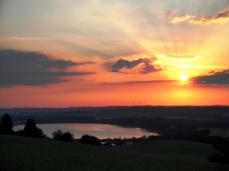 Blick vom Dürnberg in Seeham auf den Grabensee bei Sonnenaufgang, fotografiert am 17.07.2014