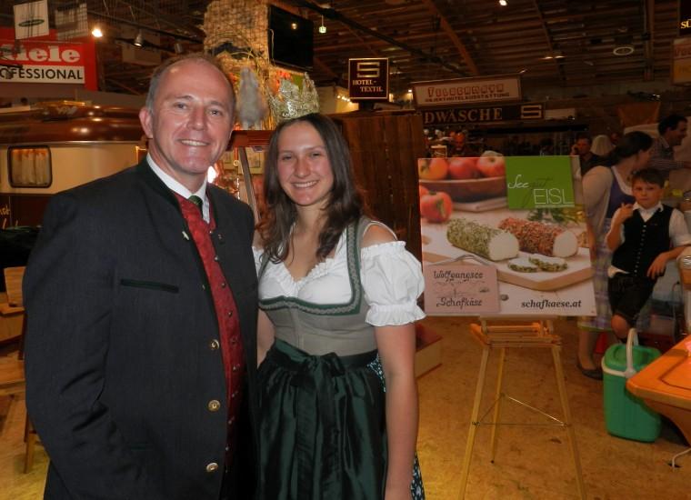 Ex - Landesrat Sepp Eisl unser Stand Nachbar mit seinem Wolfgangseer Schafkäse und  Königin Lorena