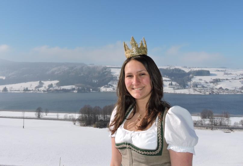 Heukönigin Lorena Grabner bei ihr zu Hause am Roiderhof über dem Irrsee