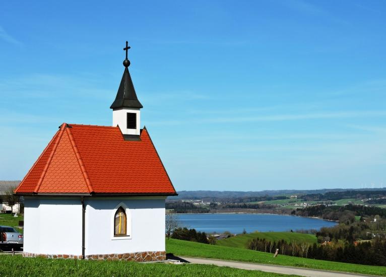 Bio-Heu-Region mit Kapelle der Fam. Dürager wo die Königin selbst mitgearbeitet hat