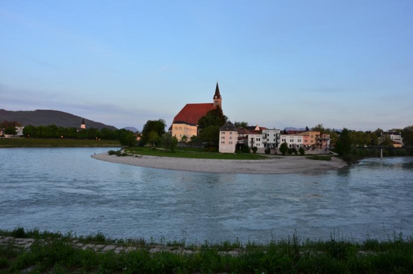 Salzachschlaufe bei Oberndorf, welches ebenso noch zur Bio-Heu-Region gehört - fotografiert im Juni 2015 um 19.27 Uhr