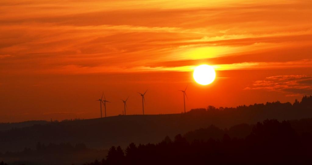 Sonnenaufgang in der Bio-Heu-Region wo anstatt Atomkraftwerke - Windräder stehen
