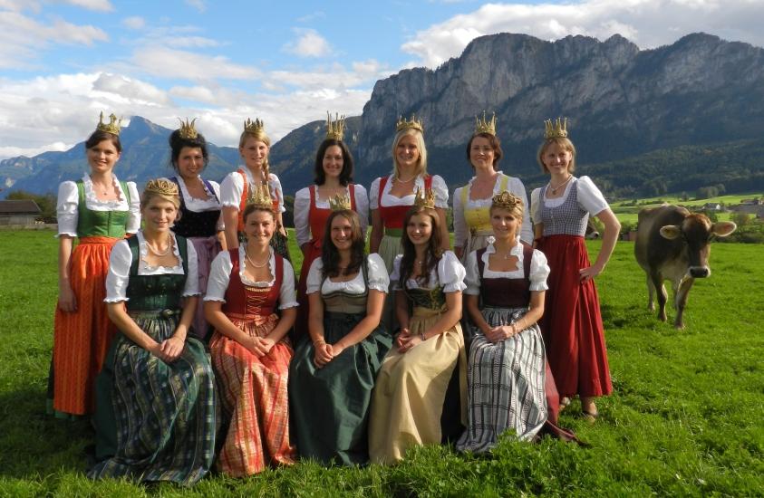 12 Königinnen der Bio-Heu-Region beim Fotoshooting für den einmaligen Heuköniginnen Kalender. Den nächsten gibt es dann in 12 Jahren wieder