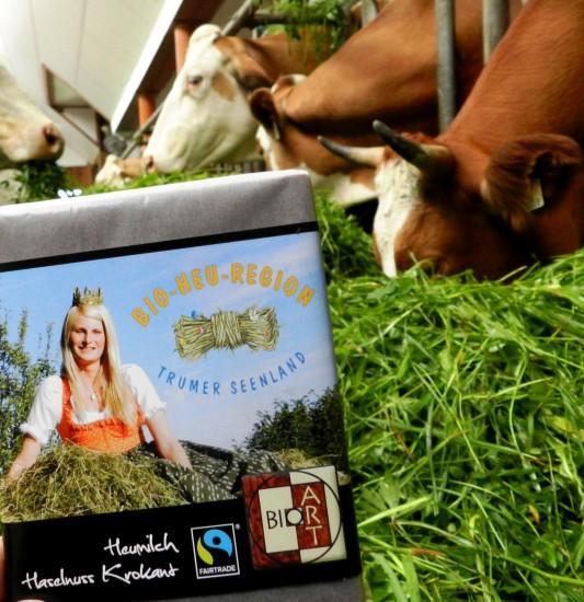 Isabella I. ziert die Verpackung der Bio Heumilchschokolade Haselnuss Krokant
