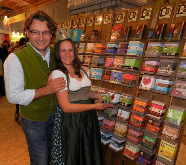Robert Rosenstatter und Lorena präsentieren die Bio-Heumilch Schokolade
