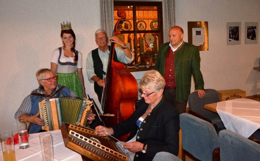 Echte Volksmusik empfing unsere Königin im Stadl der Familie Rosenstatter