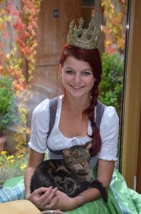 Maria Mühlbacher mit der Hauskatze der Rohrmoosmühle