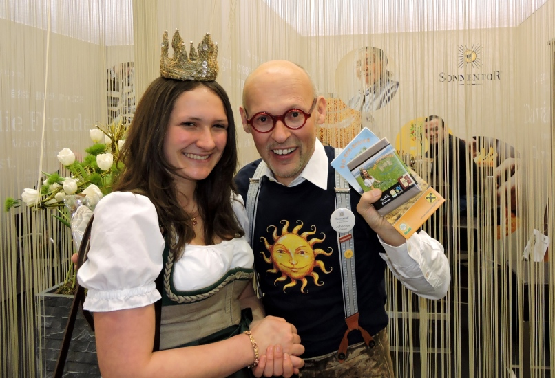 Königin Lorena I bei ihrem Besuch der weltgrößten Bio-Fachmesse in Nürnberg mit dem Chef der Firma Sonnentor