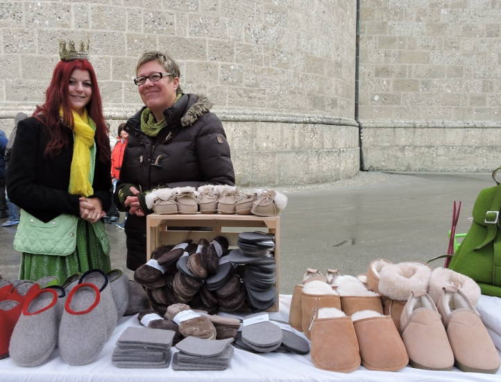 Maria mit Angela Rachl und ihren Schafwolle Produkten aus der Bio-Heu-Region