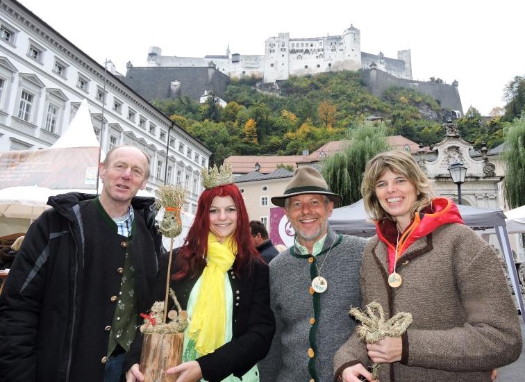 Keil Franz und Maria Mühlbacher besuchten Hans und Petra Kronreif beim basteln von Heufiguren