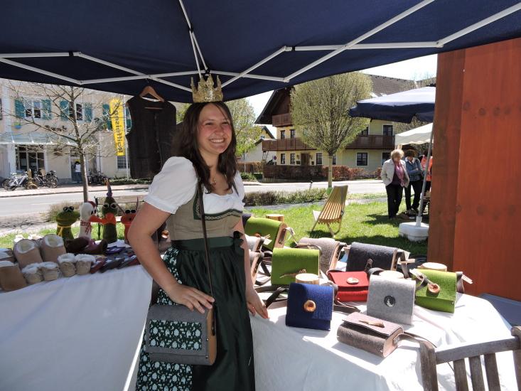 Lorena vor den Taschen, die Angela Rachl auch für unsere Königin angefertigt hat.