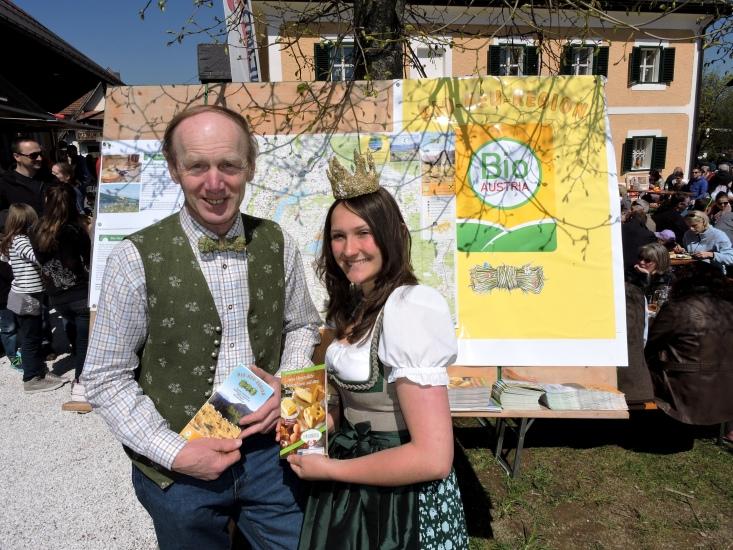 Königin Lorena und Obmann Keil Franz vor der Tafel der Bio-Heu-Region