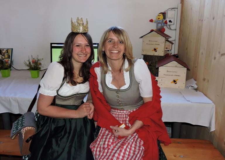 Heukönigin Lorena mit Renate Schaffenberger
