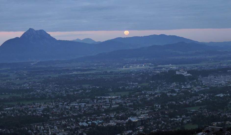 Supervollmond über dem Untersberg und der Stadt Salzburg