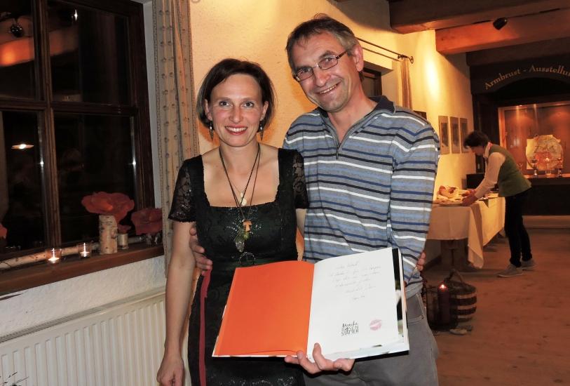 """Monika Rosenstatter mit ihrem Buch """"Von der Gartenprinzessin zur Waldfrau"""""""