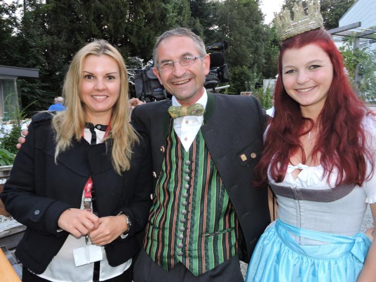Christina Sonntag mit Heukönigin Maria vor dem Fernsehinterview.