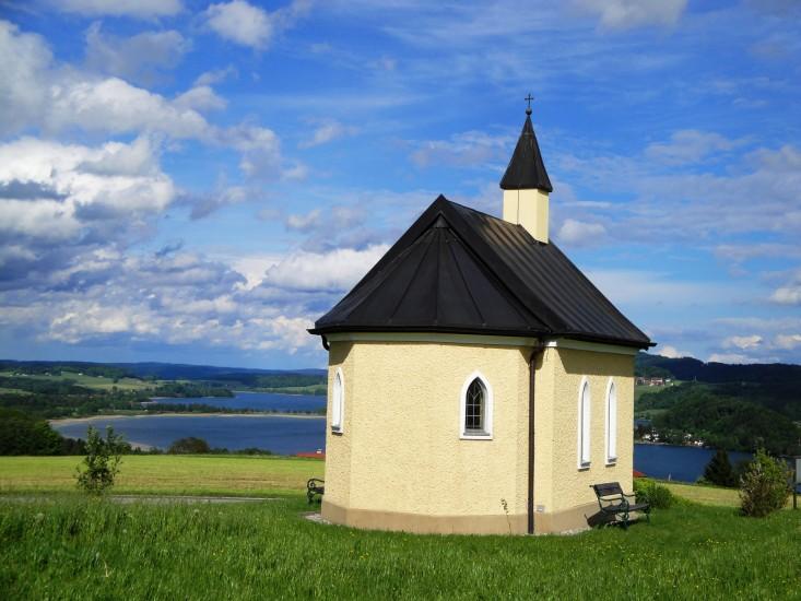 Kapelle am Dürnberg - im Hintergrund der Obertrummer und Mattsee