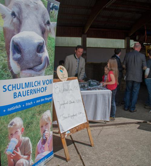 Kreitnerbauer aus Perwang OÖ beim Tag der offenen Stalltür informiert über Schule am Bauernhof und produziert Bio-Schulmilch
