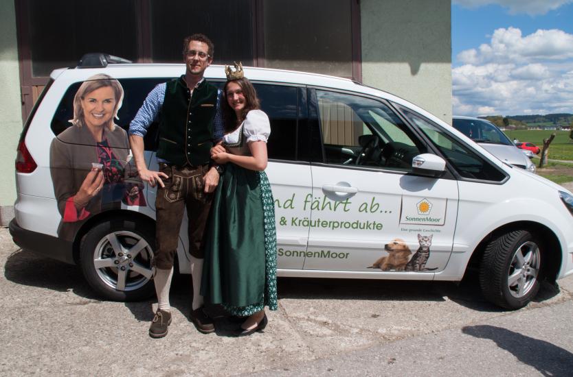 Da kann der Heinz von der Firma Sonnenmoor leicht lachen, im Arm eine Königin und am Auto Hera Lind, welche für ihre Produkte Werbung macht