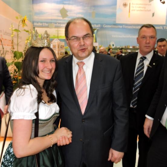 BM Christian Schmid bei der Grünen Woche in Berlin mit unserer Heumilchkönigin