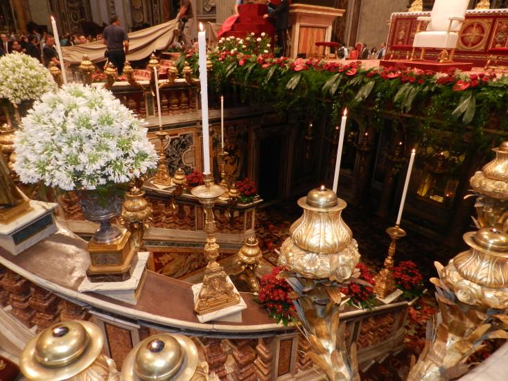 Die Rückwand der Palliennische wird von einem byzantinischen Christusmosaik aus dem 8. Jahrhundert geschmückt. In ihr steht ein vergoldeter Schrein, in der die Pallien, die Amtsabzeichen der lateinischen Metropoliten aufbewahrt werden. Jedes Jahr am Hochfest Peter und Paul, den 29. Juni, entnimmt der Papst die im Schrein liegenden Pallien und verleiht sie den im Laufe des letzten Jahres neu ernannten Metropoliten in einer dafür vorgesehenen Zeremonie.