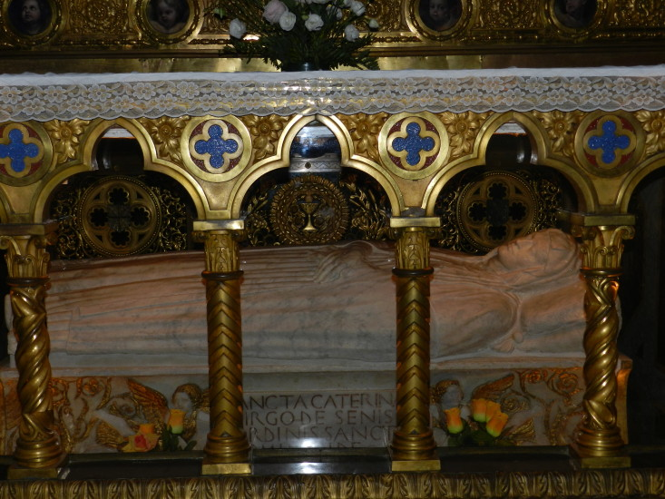 Hier das Grab der Hl. Katharina von Siena, welche ihr Leben voll und ganz Gott anvertraute