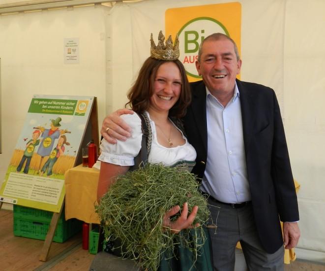 Der Bürgermeister der Stadt Salzburg Heinz Schaden nimmt Lorena in den Arm