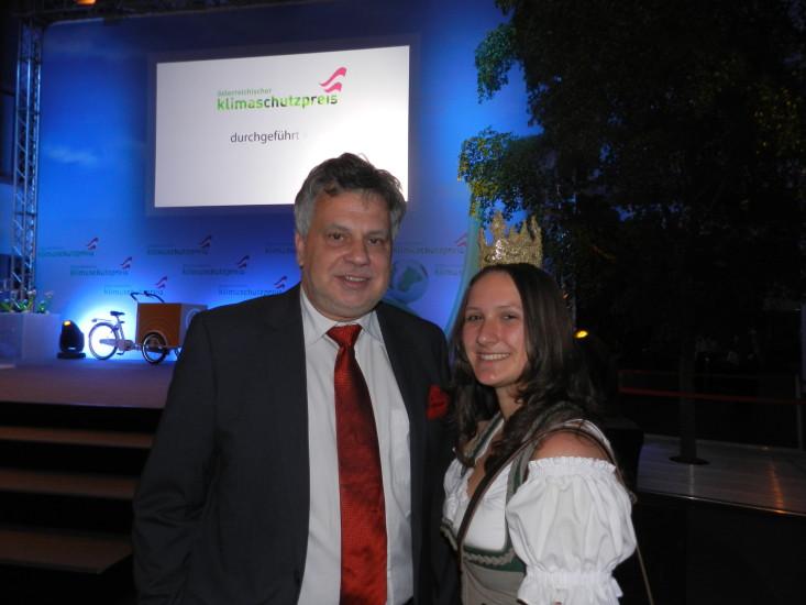 Heukönigin Lorena mit Herrn Schwarz vom ORF. Ihm haben wir den Filmbeitrag am Beginn der Homepage http://herzundliebe.com/bio-heu-region/ zu verdanken