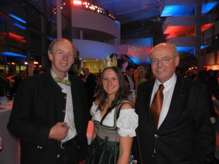 Hier der Obmann der Bio-Heu-Region mit seiner Königin Lorena und dem Vorstandsdirektor der Österr. Hagelversicherung Dr. Josef Schmid