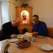 Kardinal Christoph Schönborn bei uns in der Stube beim signieren der Bibel und seines Gastgeschenkes