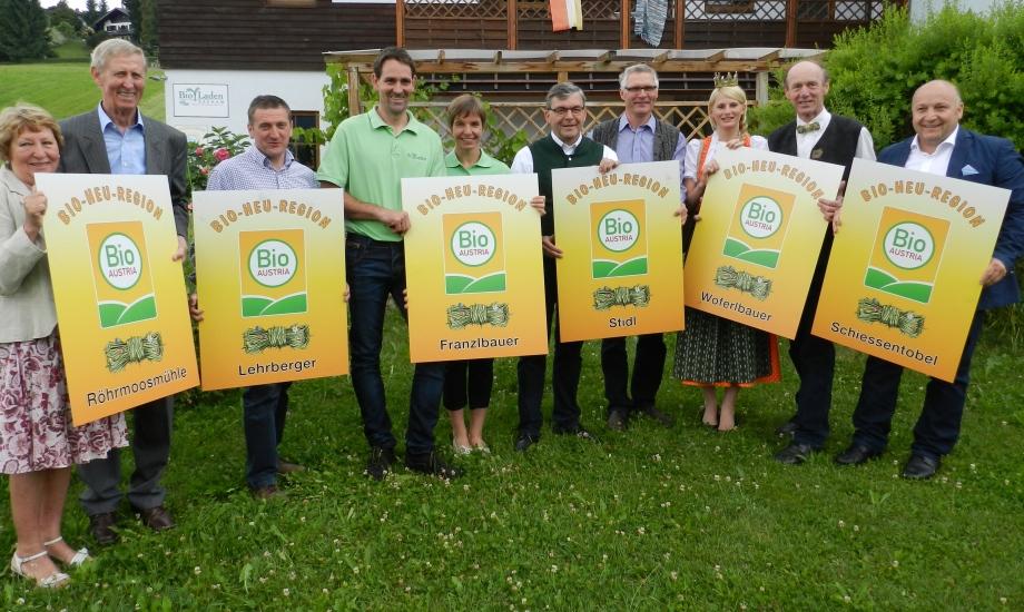 Landesrat Sepp Schwaiger übergibt die Hoftafeln in der Bio-Heu-Region