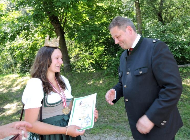 BM Andrä Rupprechter gratuliert Lorena zum Kasermandl in Gold
