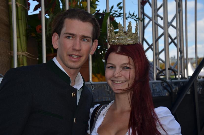 Österreichs Außenminister Sebastian Kurz mit der Königin der Bio-Heu-Region