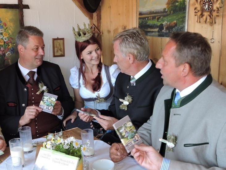 Vorstellung der BioArt-Heumilchschokolade an die halbe Bundesregierung durch Neuhofer Karl und die Heukönigin