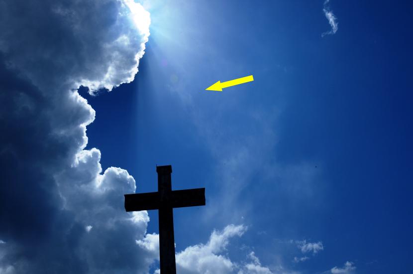Gottes Licht strahlt auf das Kreuz Christi und in der Mitte sieht ein betender Engel zu
