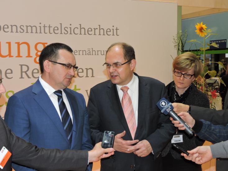 Grüne Woche Berlin 2015 mit Heukönigin Lorena und BM Christian Schmidt