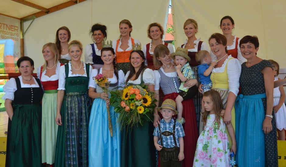 Gruppenfoto Königinnen mit der Vertreterin des Landes Salzburg Resi Neuhofer