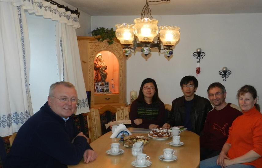 Wir beliefern seit über 50 Jahren die Käserei Walkner mit unserer Milch. Sie ist nur 5 Minuten von unserem Hof entfernt. Fast alle bekannten Persönlichkeiten, mit denen ich mich treffen durfte, haben schon eine Käseplätte der Käserei Walkner bekommen.       Hier hat uns Herr Walkner mit einer Delegation aus China besucht