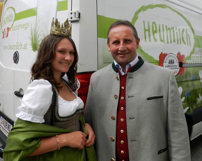 Neuhofer Karl und Lorena vor dem Bus der Heumilch, mit dem gar nicht genug Käse nach Wien transportiert werden konnte, weil die Menschen so viel gekauft haben