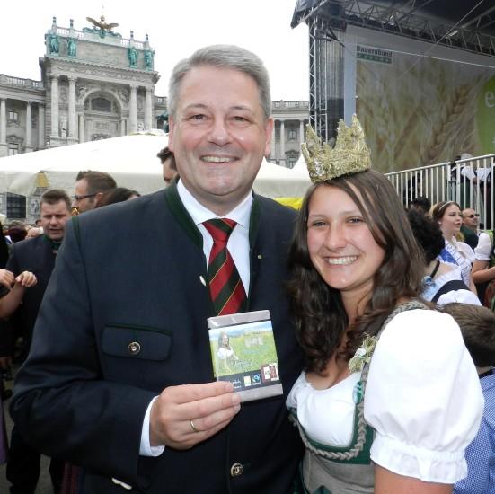 Heukönigin Lorena beim Erntedankfest in Wien 2014 schenkte Minister Andrä Rupprechter die Bio-Heumilch-Schokolade