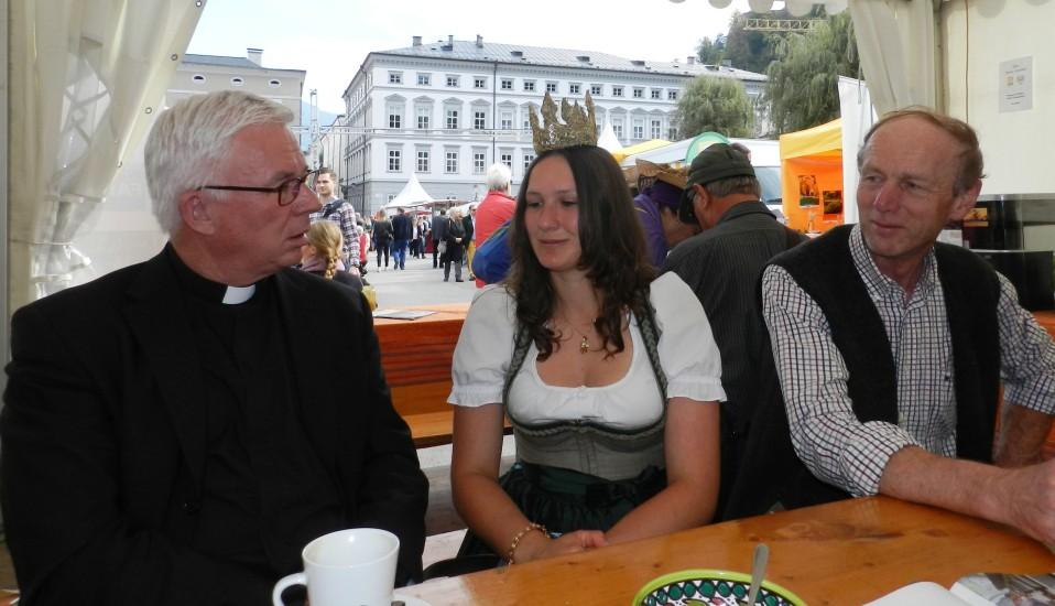 Der Erzbischof von Salzburg Franz Lackner unterhält sich mit der Königin aus der Bio-Heu-Region Lorena vor allem über Kühe und die Arbeit am Bauernhof