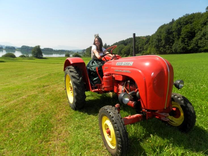 einmal ein etwas anderer Porsche. Unsere Heukönigin Lorena auf dem Porsche Diesel Traktor der Fam. Mangelberger am Grabensee